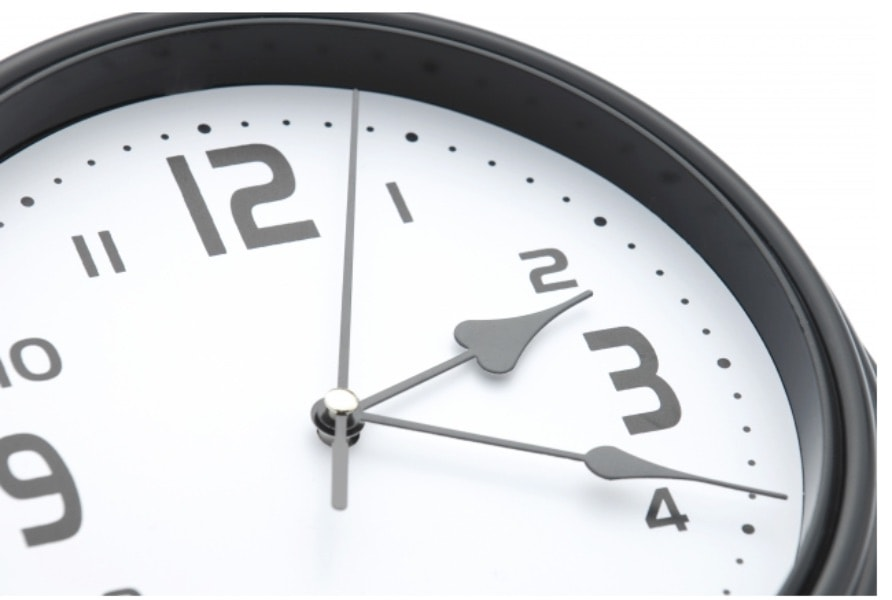 矯正の治療期間をイメージしている時計
