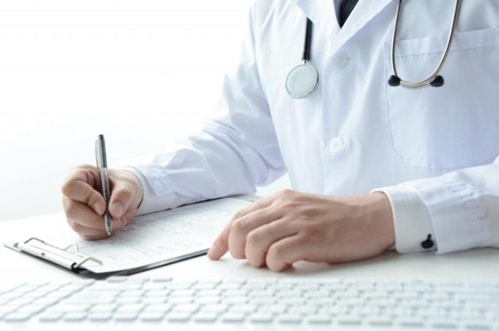 医療費控除に必要な診断書を書いている先生