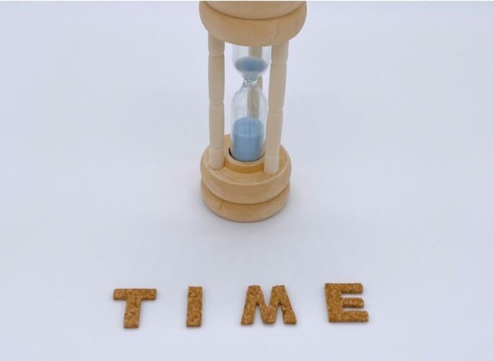 インビザラインの使用時間を守るイメージの砂時計