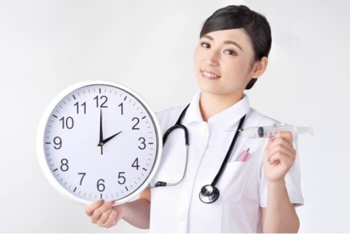 矯正の治療期間を短くする方法を提案している先生