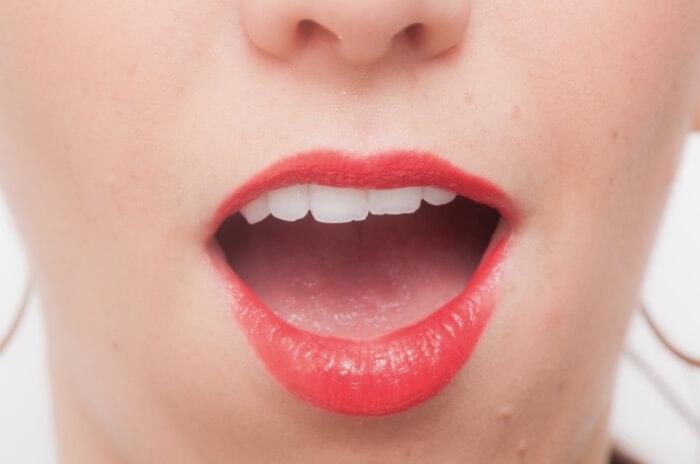 発音をしている女性の口元