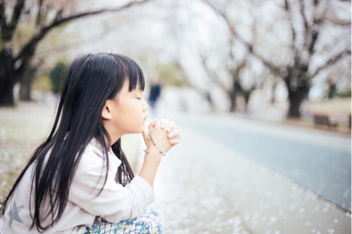 子供の矯正で失敗しないように祈っている少女